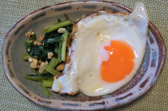 青菜とクルミの塩麹和え(卵のせ)
