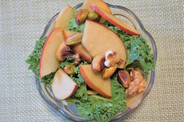 ケールとリンゴのサラダ